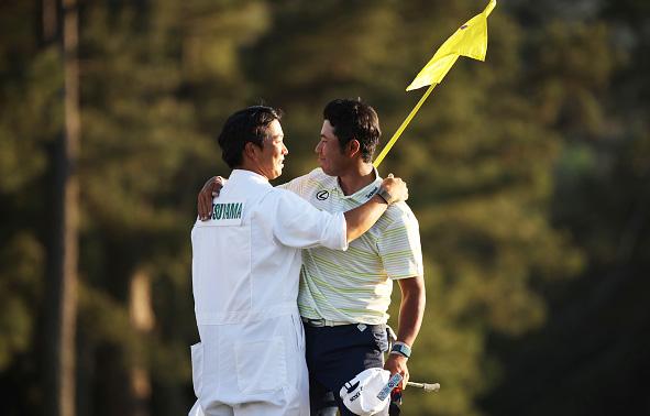 hideki-maysuyama-hugs-caddies